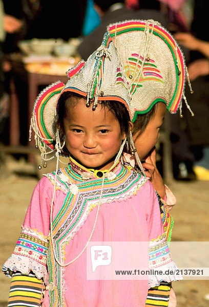 ein Mädchen haben traditionelle Kleidung in das Festival Yuanyang  Yunnan  China