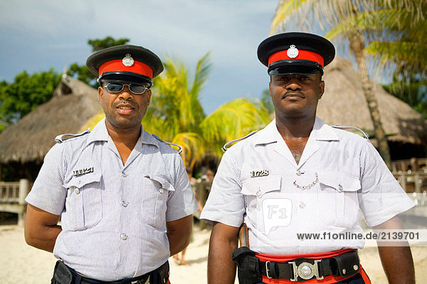 Jamaikanische Polizisten ´Red Stripes´ Negril Beach  Jamaika