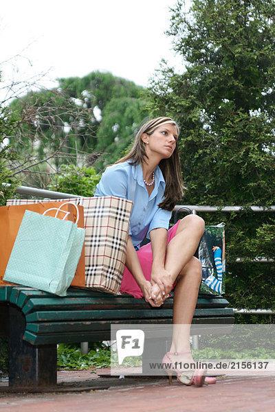 Junge Frau am Fuß von zu viel einkaufen reiben