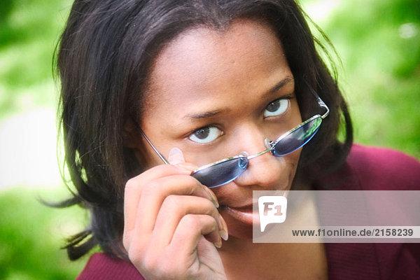 Junge schwarze Frau  Sonnenbrille  posieren