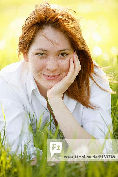 Washington  DC  USA  Portrait einer Frau  mit Handy und Laptop  Erwachsene Person  23 Jahre alt  Asian