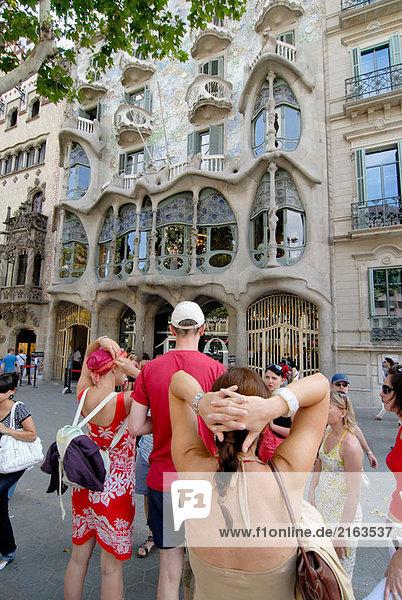 Wohnhaus Tourist Kunst frontal Barcelona Katalonien Spanien