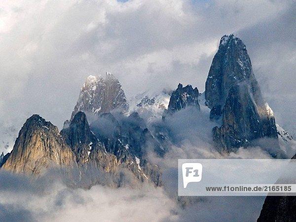 Uli Biaho Tower Türme in Licht und Wolke  Karakorum  Pakistan Uli Biaho Tower Türme in Licht und Wolke, Karakorum, Pakistan
