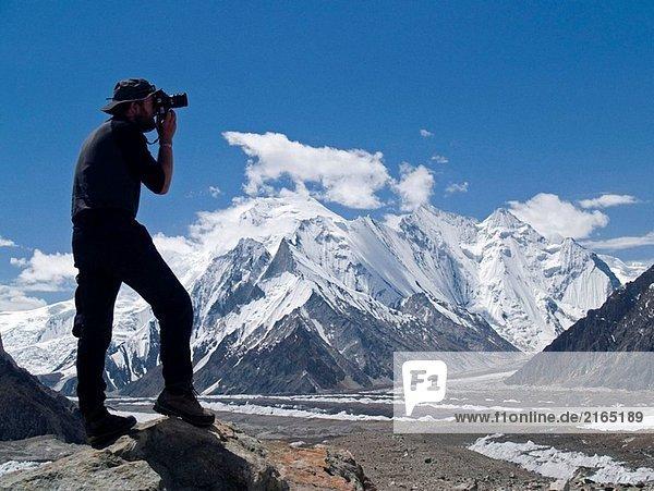 Berg Fotograf in Aktion  mit Blick auf die hohen Gipfeln der Concordia und den Baltoro Gletscher  Karakorum  Pakistan