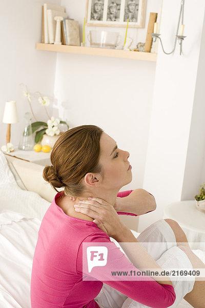 Junge Frau mit Nackenschmerzen