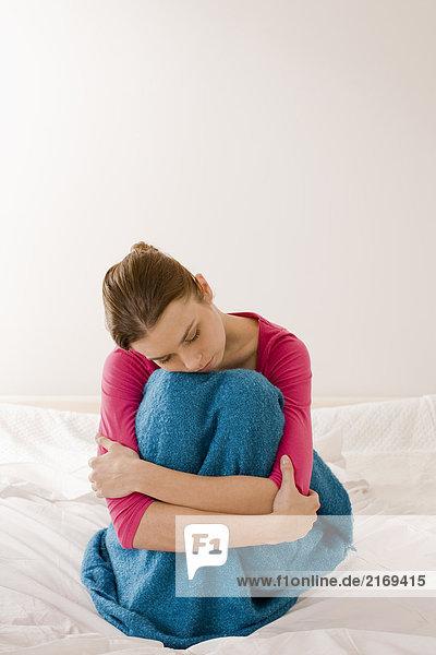 SICK Frau sitzen auf dem Bett
