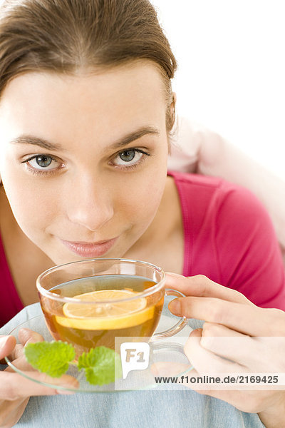 SICK Frau trinkt Tee mit Zitrone