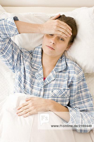 SICK Woman Verlegung im Bett