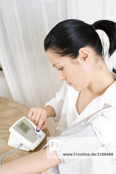 Frau nehmen ihr Blutdruck