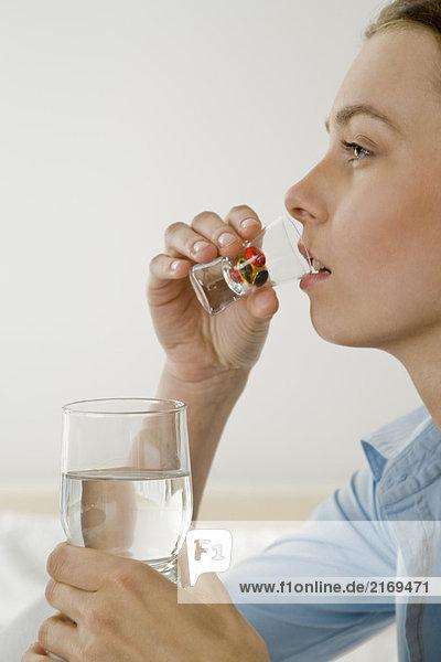 Junge Frau nehmen Pillen
