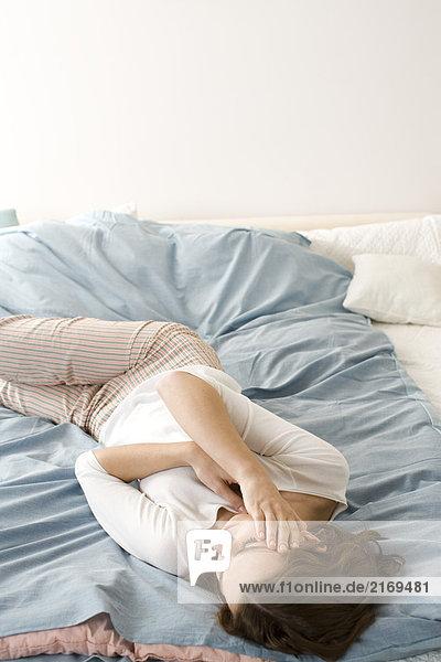 SICK Woman Handauflegen Bett