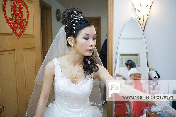 Braut im Schlafzimmer  chinesisches Schriftzeichen an der Tür  wegblickend