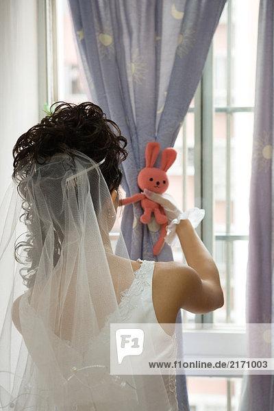 Brautverkleidungsfenster  Bindevorhang mit Stofftier  Rückansicht
