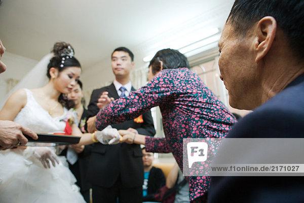 Chinesische Hochzeitstee Zeremonie  Fokus auf den älteren Mann im Vordergrund