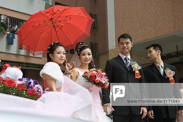 Chinesische Hochzeit  Brautpaar mit Brautjungfer und Trauzeugen