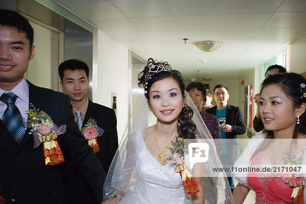 Hochzeitsumzug durch den Flur