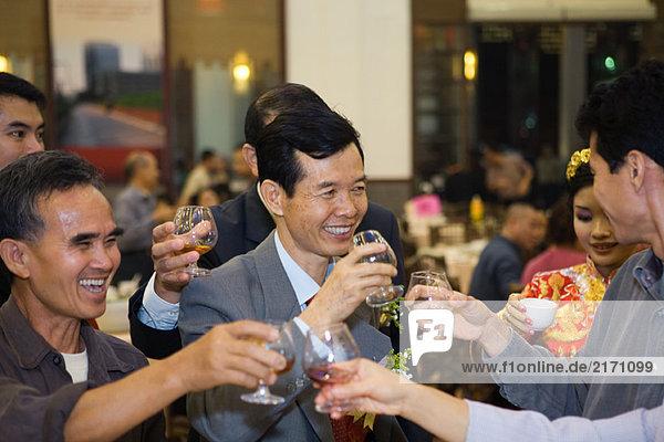 Erwachsene Freunde beim Trinken mit Brille auf der Party