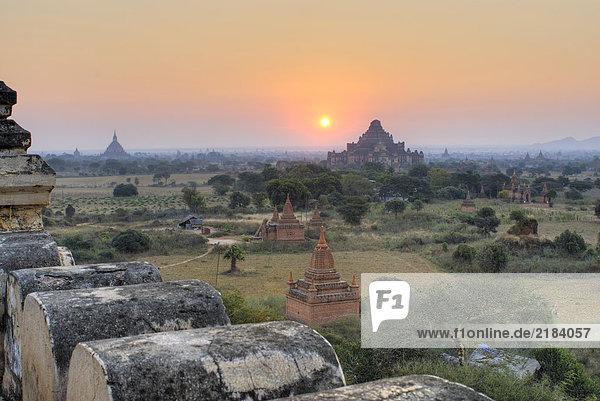 Erhöhte Ansicht der Pagoden auf Landschaft  Bagan  Myanmar