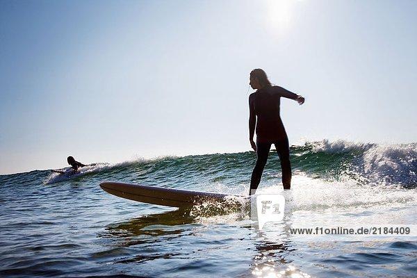 Mann und Frau beim Surfen.