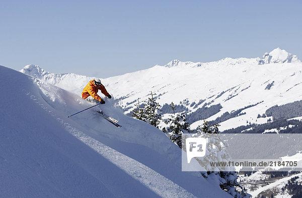 Österreich  Saalbach  Mann auf der Piste  Berge in der Ferne