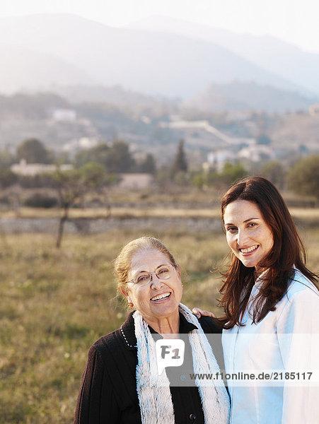 Senior Mutter und Tochter im Feld  lächelnd  Portrait