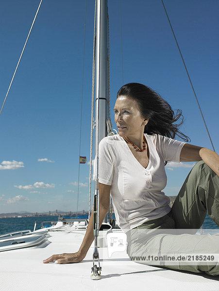 Reife Frau entspannt auf der Yacht