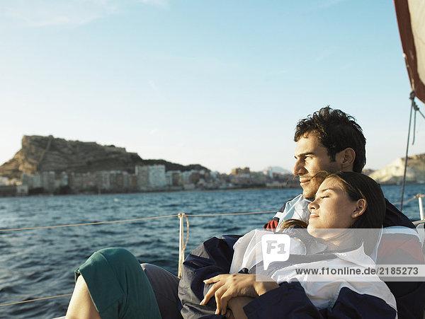 Junges Paar auf der Yacht  sitzend  Portrait