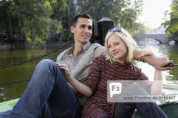 Paar auf einem Dock lächelnd und entspannend.