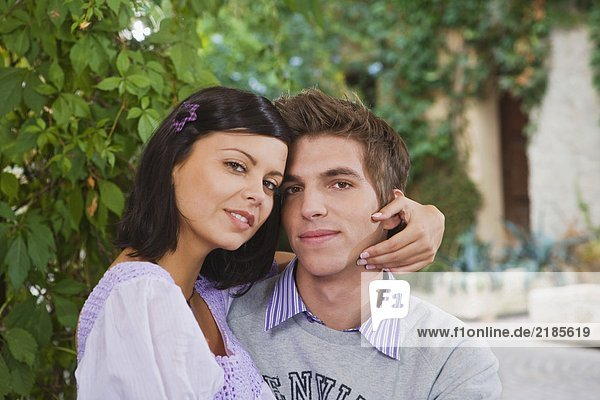 Mann und Frau umarmen sich.