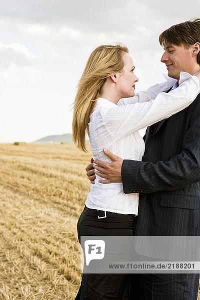 Ein Paar auf einem Weizenfeld.