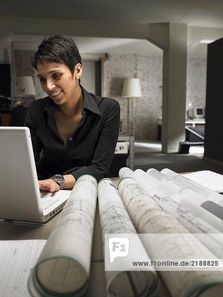 Architektin  die am Laptop arbeitet. Brüssel  Belgien.