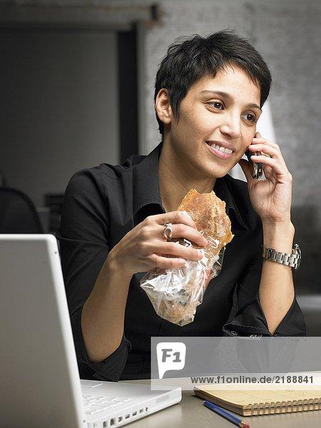 Geschäftsfrau beim Telefonieren bei einem Snack. Brüssel  Belgien.