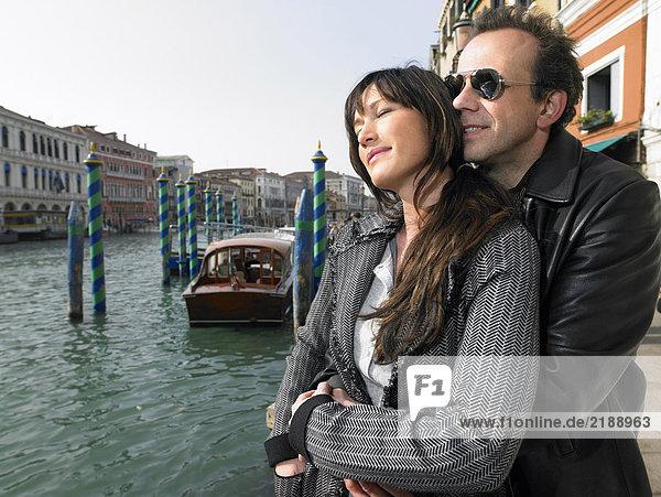 Paar umarmt sich in der Nähe der Rialto-Brücke. Venedig  Italien.