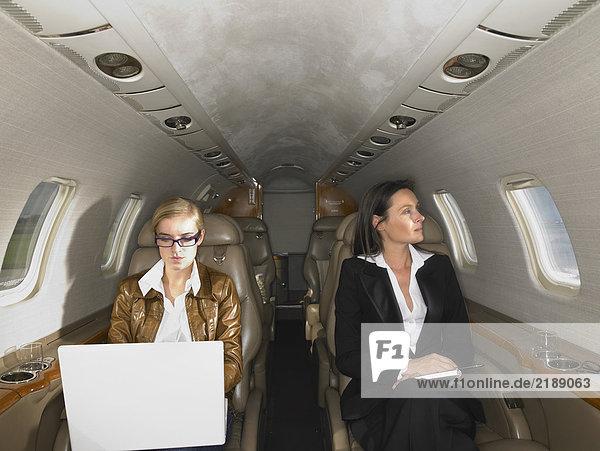 Zwei Frauen in einem Privatjet.