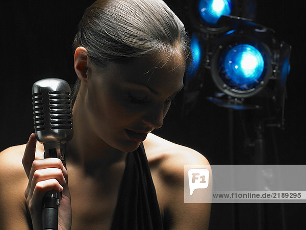 Nahaufnahme der Frau  die das Mikrofon hält.
