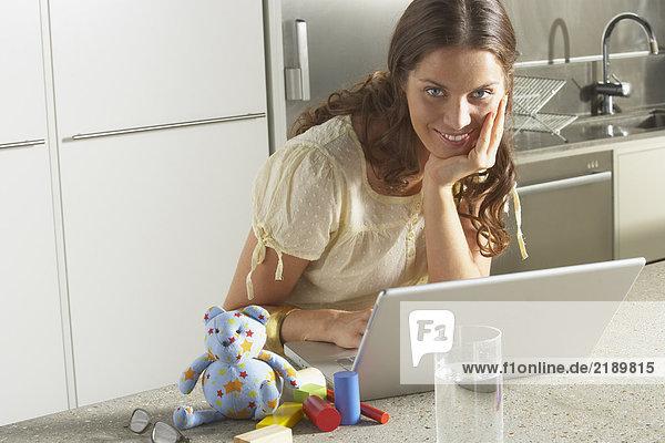 Junge Geschäftsfrau  die von zu Hause aus arbeitet.