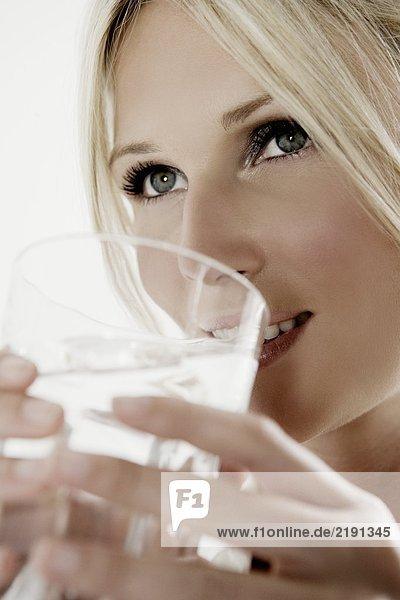 Frau mit einem Glas Wasser.