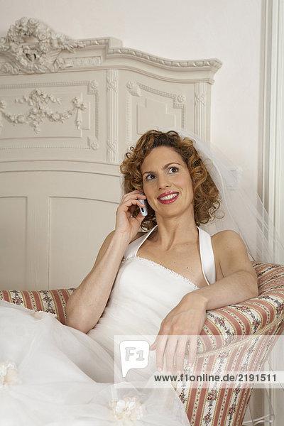 junge Braut lächelnd haltend Handy