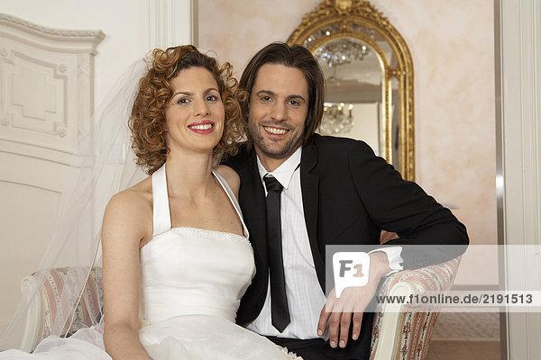junges Brautpaar lächelnd  Portrait