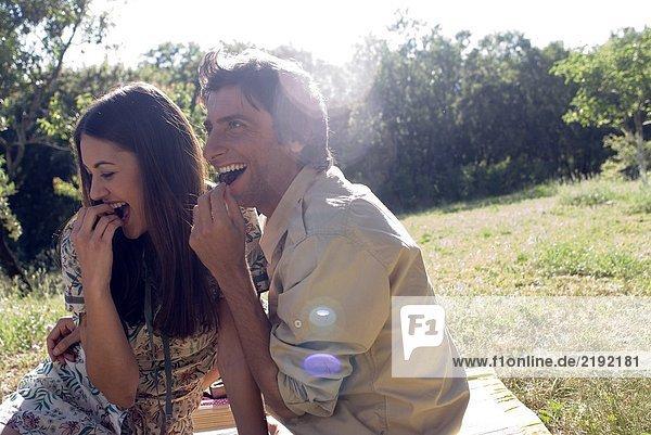 Junges Paar teilt sich frisches Obst