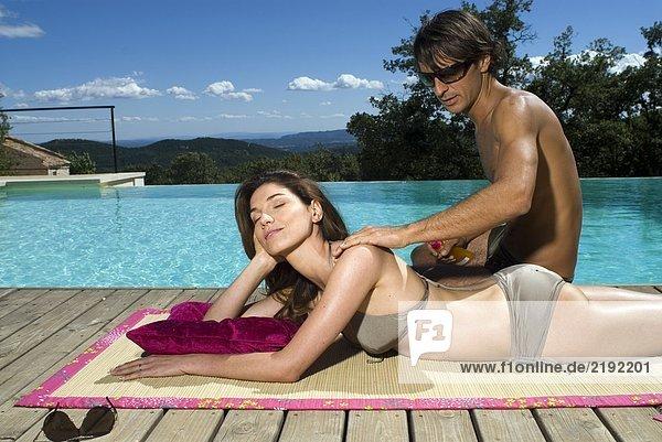 Paar Sonnenbaden am Schwimmbad
