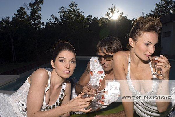 Drei Personen auf einer Decke mit Getränken