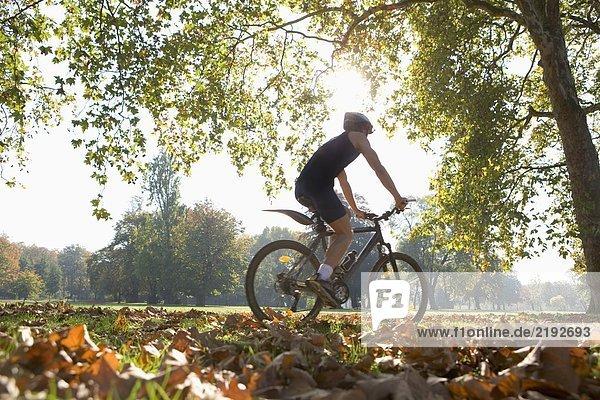 Radfahrer auf dem Mountainbike.