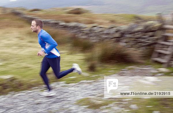 Mann läuft.