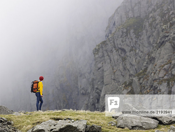 Frau in der Berglandschaft.