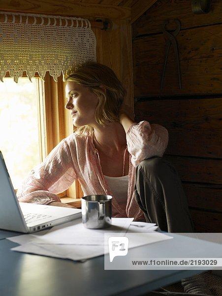 Geschäftsfrau  die von zu Hause aus arbeitet