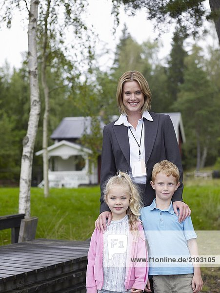 Mutter Tochter und Sohn im Hinterhof