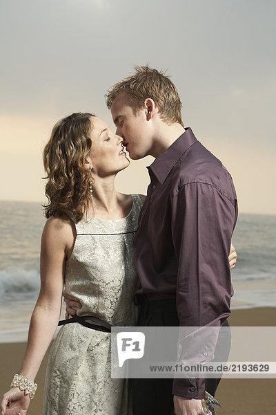 Ein paar Küsse am Strand.