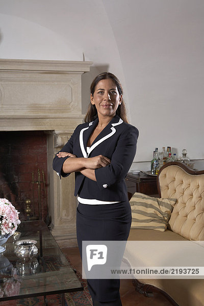 Geschäftsfrau am Kamin im Wohnzimmer,  Portrait