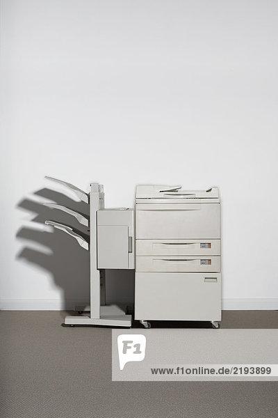 Ein Fotokopierer gegen eine weiße Wand.